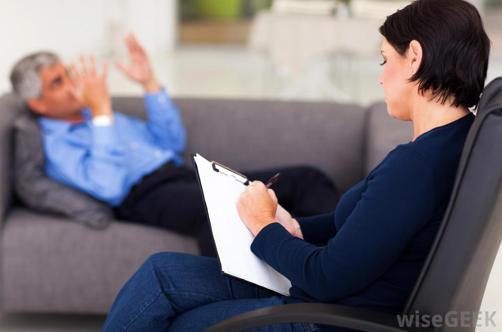 female-psychologist-in-black-with-male-patient-on-couch